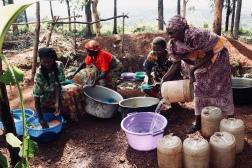 15.05.2013 BDI Burundi - Provinz Kirundo - Gemeinde Vumbi - Schulspeisung - Elterngruppe bei der Vorbereitung des Mittagessens, Burundi - Kirundo Province - Vumbi, village - free school meals, parent group preparing lunch