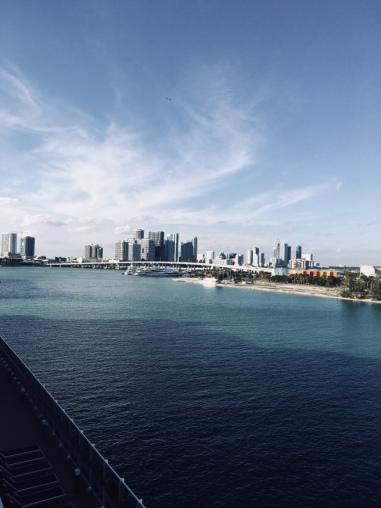 Endlich an Bord. Balkonkabine. Blick auf die Skyline von Miami um 15:23